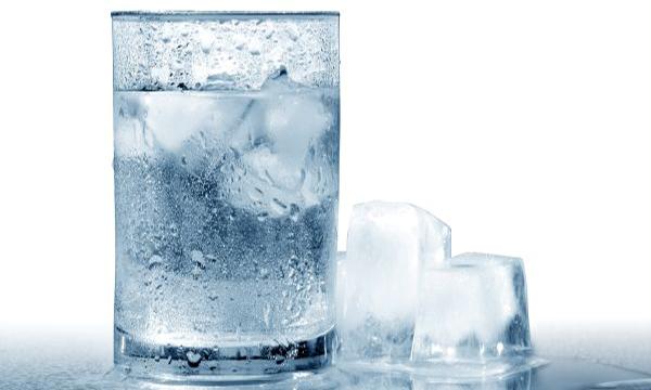 Uống nước đá giúp giảm mỡ bụng