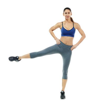 Nhảy đá chân sang hai bên là bài tập Aerobic giảm mỡ bụng