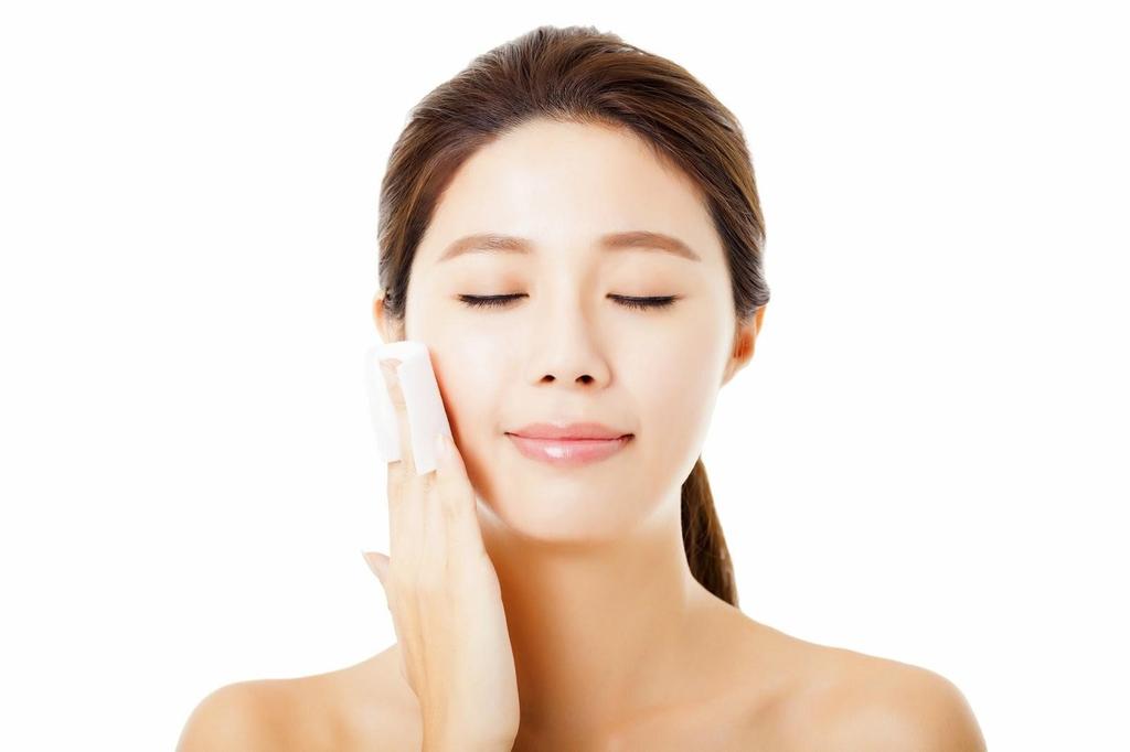 Massage mặt bằng đá lạnh giữ lớp trang điểm lâu hơn