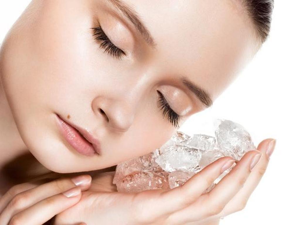 Massage mặt bằng đá lạnh giảm mụn, trị ngứa