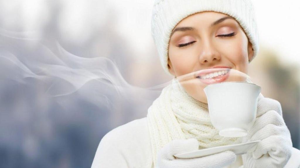 Uống đủ nước là một trong những cách chăm sóc da mùa đông hiệu quả