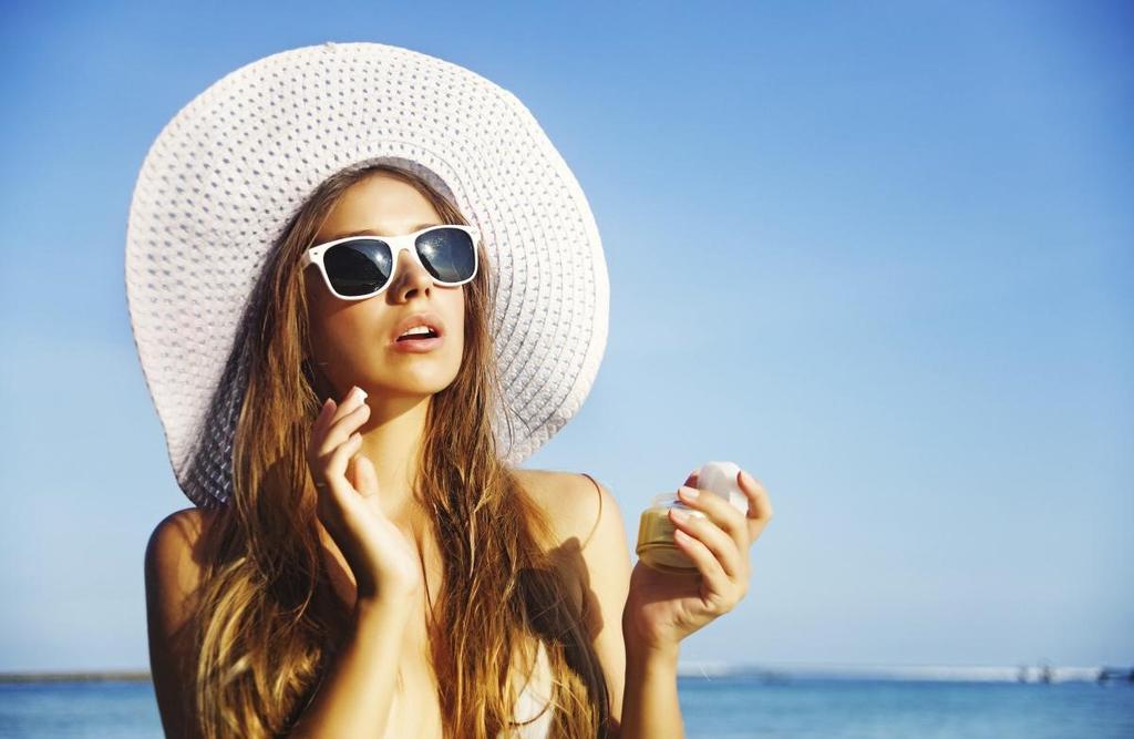 Sử dụng kem chống nắng mỗi ngày là cách chăm sóc da mặt bị nám