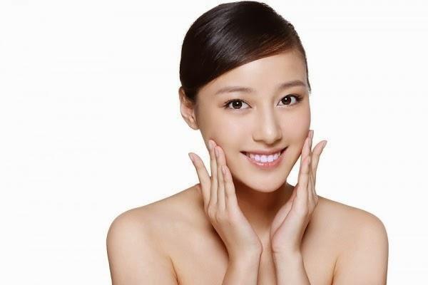 Rửa sạch mặt bằng nước lạnh là bước cuối cùng trong massage mặt trị mụn