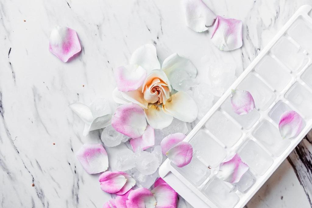 Massage mặt bắng đá viên hoa hồng giúp se khít lỗ chân lông