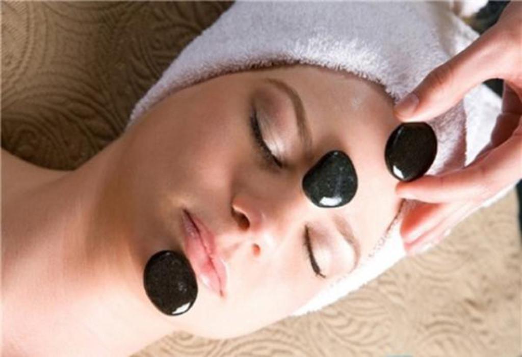 Massage mặt bằng đá nóng giúp giải độc tố và thư giãn