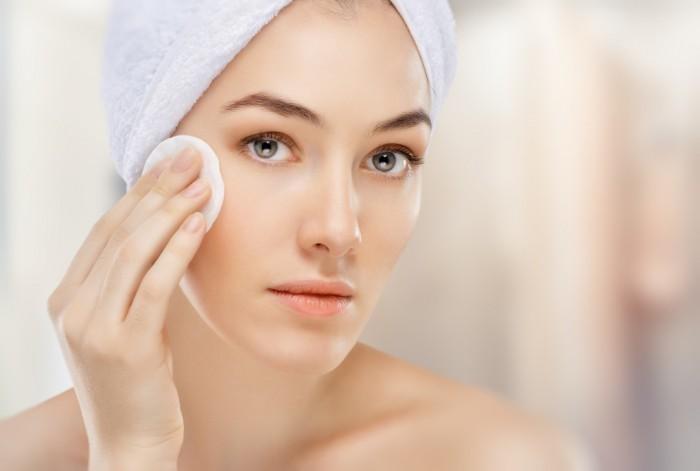 Làm sạch da là một trong những cách chăm sóc da nhờn