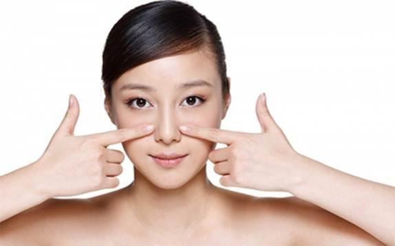 Loại bỏ chất sừng khi massage mặt trị mụn