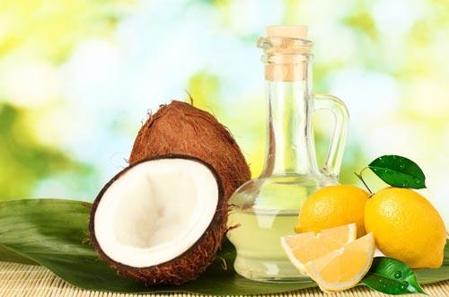 Massage da mặt với dầu dừa và nước cốt chanh giúp tẩy tế bào chết