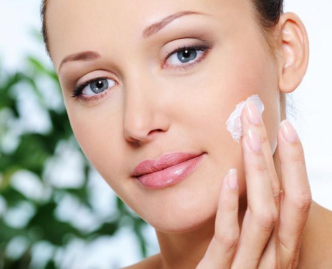 Sử dụng sản phẩm trị mụn là một trong những cách chăm sóc da mụn tại nhà