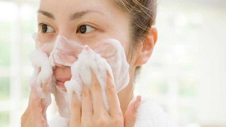 Làm sạch da là bước cực kỳ quan trọng trong cách chăm sóc da mụn tại nhà